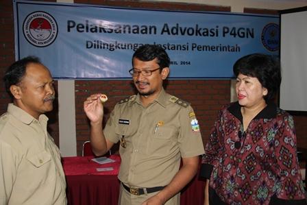 Wabup Disaksikan Kepala BNNK, AKBP Widayati, Menyematkan Pin Anti Narkoba pada Peserta.