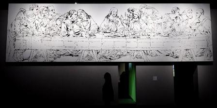 Seorang perempuan berdiri di depan lukisan. (AFP PHOTO / ALBERTO PIZZOLI).