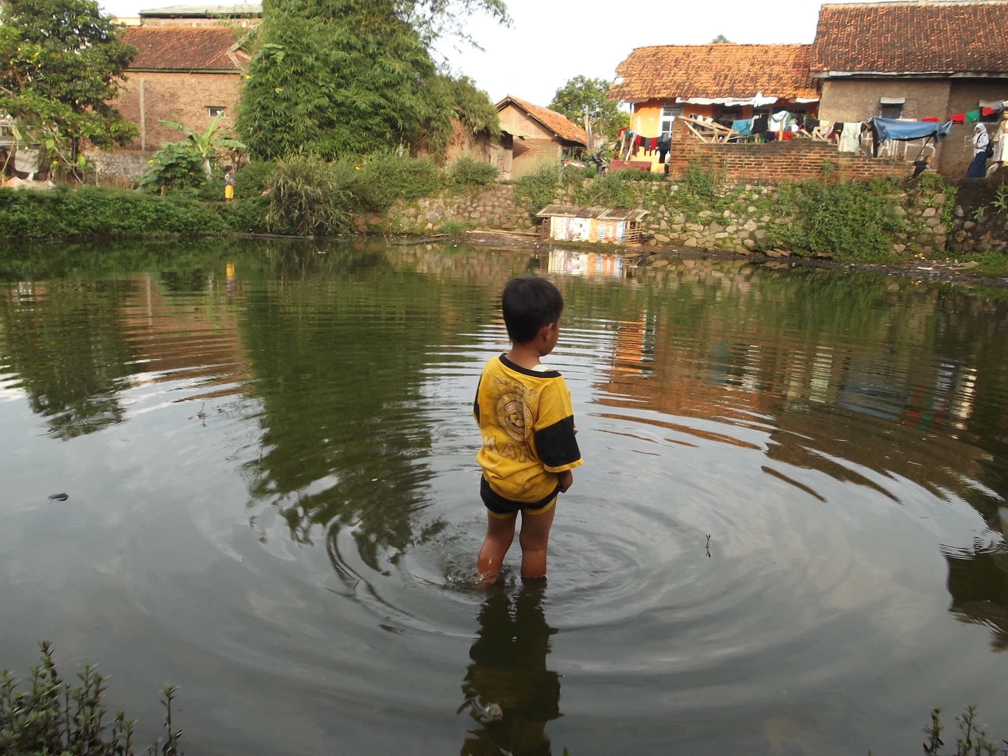 Sumber Air Kolam Atawa Balong di Garut Ini, Kerap Dimanfaatkan MCK, Juga Cemari Air Tanah. (Foto: John Doddy Hidayat).
