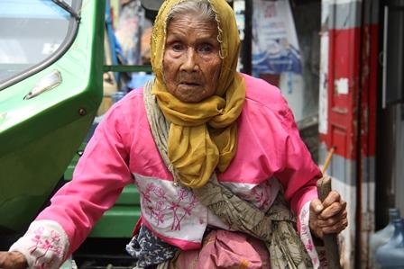 """Ilustrasi. Perempuan """"Papa"""" Berusia Lebih 90 Tahun Ini, Tanpa Daya dan Sebatangkara, Terpaksa Menjadi Pengemis di Garut, Jawa Barat. (Foto: John Doddy Hidayat)."""