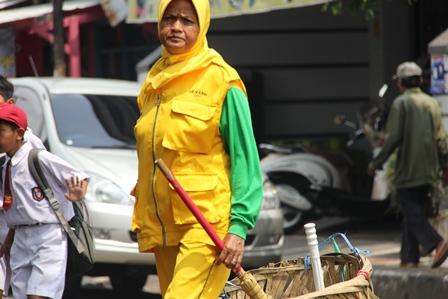 Ilustrasi. Perempuan Petugas Kebersihan Kota Garut, Jabar, Berpenghasilan di Bawah UMK. (Foto: John Doddy Hidayat).