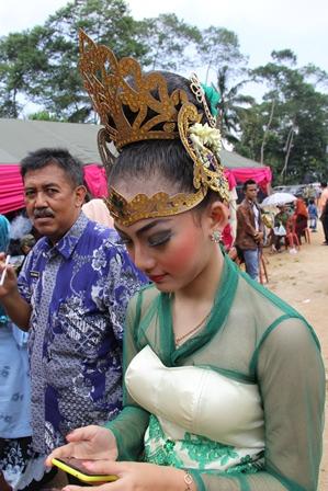 Ilustrasi. Penari Jaipong Cantik Jelita, dari Cisewu, Garut, Jabar, Pejabat pun Menatapnya Sambil Menelan Ludah. (Foto: John Doddy Hidayat).