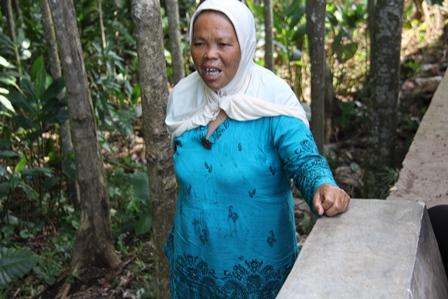 Lantaran Terhimpit Kemiskinan, Terpaksa Mendirikan Pondok Pada Bibir Tebing Pinggiran Hutan Rawan Tergerus Bencana Longsor, di Kampung Panunggangan, Sukabakti, Tarogong Kidul, Garut, Jawa Barat.