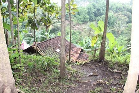 Rumah Terancam Gerusan Longsor di Kampung Panunggangan Desa Sukabakti, Kecamatan Tarogong Kidul, Garut, Jabar.