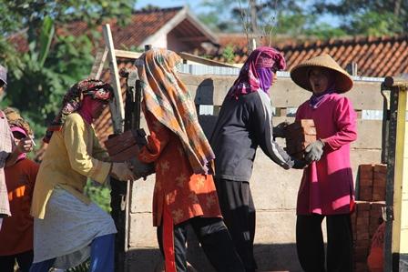 Ilustrasi. Perempuan atawa kaum Ibu Perkasa Ini, Berkoalisi Kuli Angkut Bata Merah Demi Mengisi Perut, di Garut, Jabar. (Foto: John Doddy Hidayat).