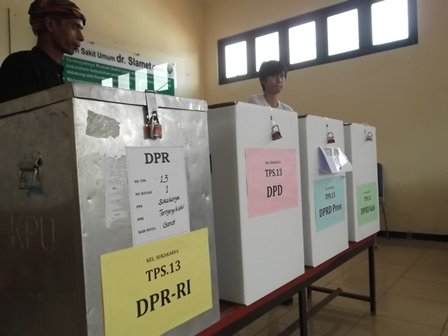Ilustrasi. Pemilih Pada TPS. RSU dr Slamet Garut. (Foto: John Doddy Hidayat).