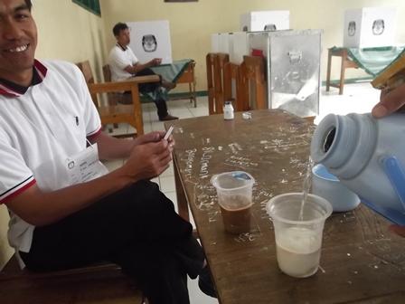 Ilustrasi. Petugas TPS di Garut, Jabar, Memanfaatkan Waktu Luangnya Dengan Membuat Kopi, Segar, Katanya. (Foto: John Doddy Hidayat).