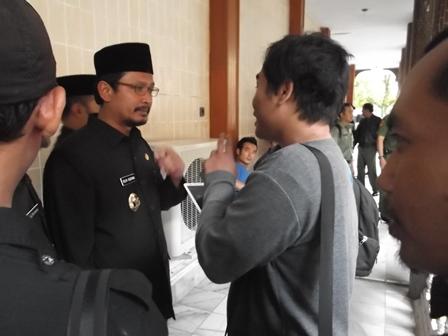 Wabup Helmi Budiman Berikan Kererangan Pers, Senin (28/04-2014).