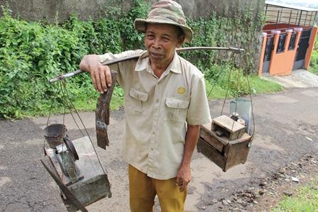 Ilustrasi. Wajah Memelas Masih Geluti Profesi Lawas, Dihimpit Kemiskinan di Garut, Jawa Barat. (Foto: John Doddy Hidayat).
