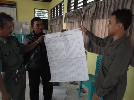 Komisioner Divisi Hukum dan Sosial KPU Garut, Reza, Menunjukkan Logistik Terpaksa Difoto Copy, serta Disambung sambung.