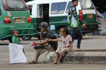 Anak Jalanan di Terminal Non Bis Guntur, Garut, Jabar, Ini Bisa Merokok Tetapi Tak Bersepatu. (Foto: John Doddy Hidayat).