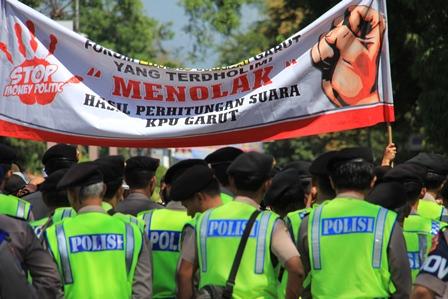Aksi Demo di Garut, Ahad (20/04-2014).
