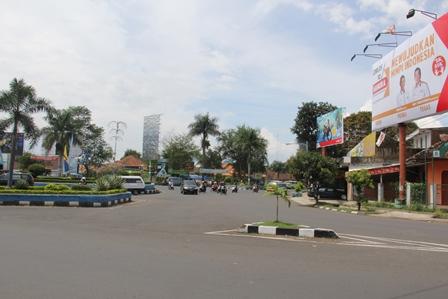 Masih Terpangpang pada Kawasan Simpanglima, Garut, Senin (07/04-2014).