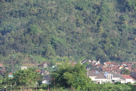 Ilustrasi. Pemukiman Penduduk Rawan Longsor. (Foto: John Doddy Hidayat).