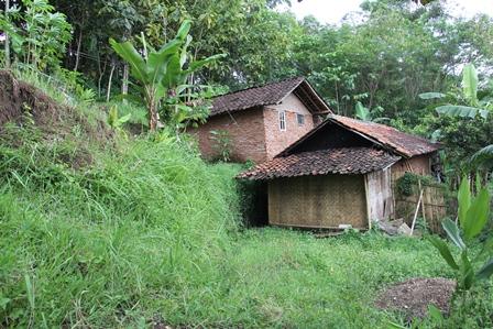 Rumah Penduduk Desa Rawan Tergerus Longsor. (Foto: John Doddy Hidayat).
