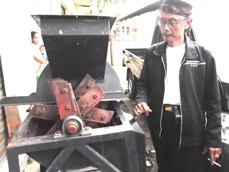 Asep Sal Bersama Mesin Pencacah Potensi Limbah Eceng Gondok/Gulma.