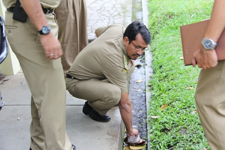 Wabup Helmi Budiman, Pungut Sampah di Pelataran Dinas SDAP Garut. (Foto: John Doddy Hidayat).