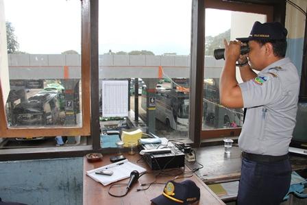 Sofyan Hidayat, Telisik Setiap Kendaraan dari Menara Pantau Terminal Guntur, Garut.