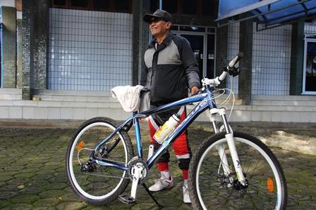Sepeda, Juga Moda Angkutan, Seperti Kerap Digunakan Seorang Pensiunan Pemkab Garut Ini.