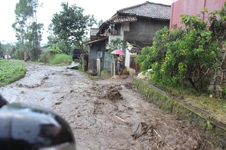 Luapan Air Deras Menjadikan Lintasan Jalan Desa di Wilayah Kecamatan Samarang, Garut, Menyerupai Aliran Sungai, Rabu (23/04-2014) Sore.