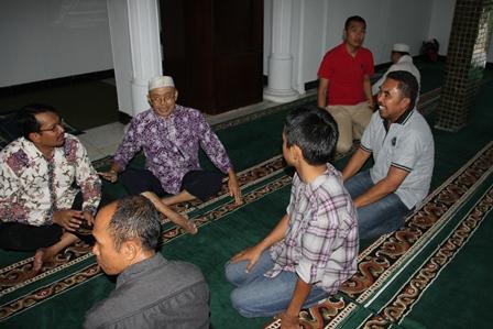 Helmi Budiman Seusai Menjadi Iman dan Khotib Shalat Jum'at Berdialog Dengan Kepala Seksi Dalyaman BNN Setempat, Asep Sahrudin, SE.