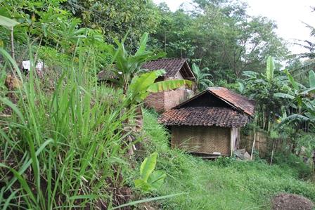 Ilustrasi. Rumah Penduduk Terancam Gerusan Longsor di Kampung Panunggangan Desa Sukabakti, Kecamatan Tarogong Kidul, Garut, Jabar. (Foto: John Doddy Hidayat).