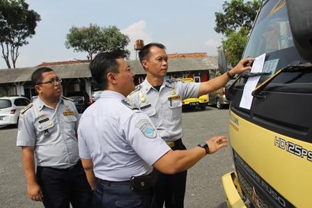 Plt. Kadishub Kabupaten Garut, Drs Firman Karyadin Didampingi Staf Periksa Kendaraan Hendak Dilakukan Pengujian.