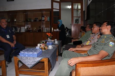 Wakil Bupati dan Rombongan, Berdialog Dengan Kepala SMAN 1 Garut, Achdiat Kusdani.