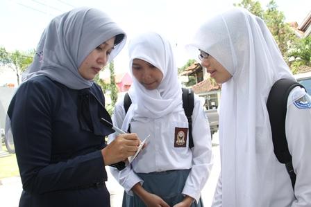 Yulianti Guru Pembingbing Murid, Anisa Fauziah, Sarah Siti, dan Aditya Darma, Ketiganya Juara Nasional Lomba Debat Ilmu Hukum, Digelar Fakultas Hukum UNPAD serta MPR RI, Ahad (13/04-2014).
