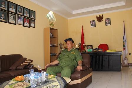 Otang Sudewa di Ruang Kepala Desa Cangkuang, Senin (12/05-2014).