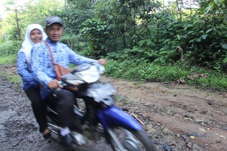 Guru di Kecamatan Cihurip, Sekitar 60 km Arah Selatan dari Pusat Kota Garut, Melintasi Ruasa Jalan Terjal Berbatu Memburu Upacara Hardiknas, Jum'at, 2 Mei 2014.