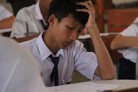 "Peserta UN-2014, SMPN 1 Garut, Umumnya ""Nyareupeung"" (memegang) Kepala, Pusing...kali..ye, Mengerjakan Soal Matematika."
