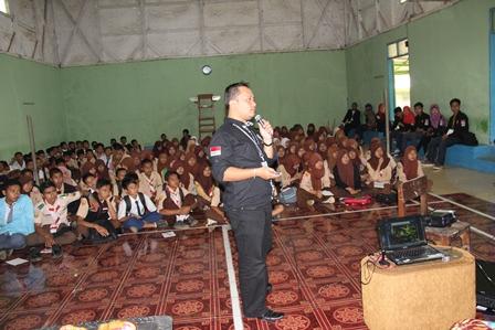 Yohanes dari BNNP Jabar di Cihurip, Jum'at (02/05-2014).