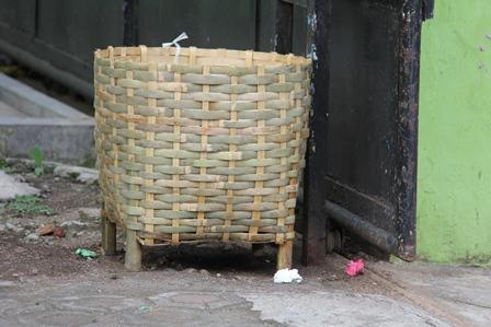 Ilustrasi. Masuk Keranjang Sampah. (Foto: John Doddy Hidayat).
