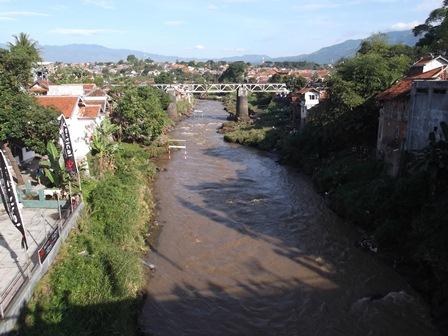 Bekas Jembatan KA Masih Melintasi Sungai Cimanuk.