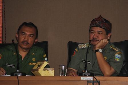 Bupati Merenung Seperti Gunung, pada Jumpa Pers Didampingi Kabag Informatika, (Senin, 10/02 – 2014).