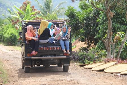 Penduduk Desa Pangeureunan, Manfaatkan Moda Angkutan Penumpang Sangat Langka.