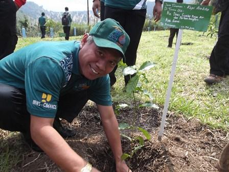 "Kepala Dinas SDAP, UU Saepudin Lakukan Penanaman Pohon Pada Hari Bumi 2014, berthemakan ""Water and Energy For Our Life""."