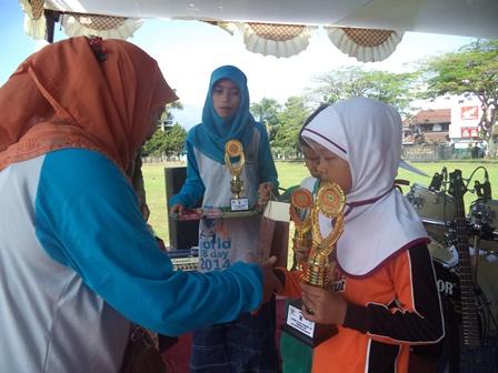 Penyerahan Piala dan Hadiah antara lain bagi Remaja Berprestasi.