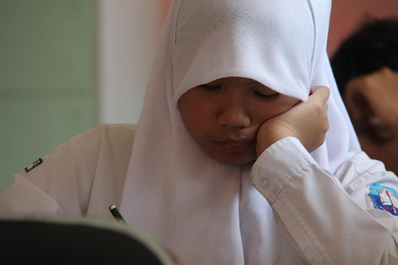 Ilustrasi. Merenung Pada UN SMP 2014 Mata Pelajaran Matematika. (Foto : John Doddy Hidayat).