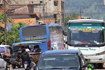 Kepadatan Kendaraan Pada Lintasan Limbangan - Malangbong Setiap Liburan. (Foto: John Doddy Hidayat).