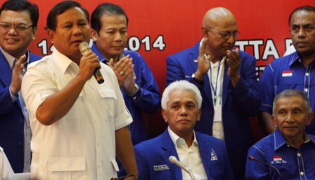 Ketua Dewan Pembina Partai Gerindra, Prabowo Subianto didampingi Ketua Umum Partai Amanat Nasional (PAN) Hatta Rajasa, berbicara kepada media saat deklarasi Capres-cawapres di Rapat kerja Nasional PAN 2014 di Jakarta (14/5). TEMPO/Seto Wardhana.