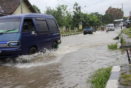 Ilustrasi kerap banjir penyebab DBD. (Foto : John Doddy Hidayat).