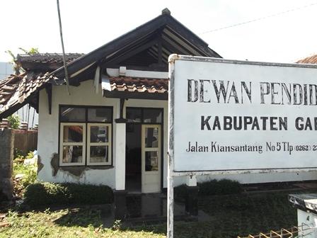 """Gedung Dewan Pendidikan Kabupaten Garut, Jabar, """"Nyaris"""" Berkondisi Menyerupai Kandang Sapi."""