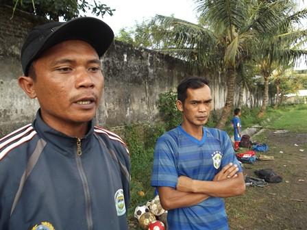 Jajang, Bersama Rekannya, Yanto pada Jum'at (20/06-2014).