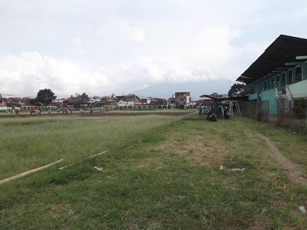 """Lapangan Sepak Bola Jayaraga Garut, Nyaris Menyerupai """"Pangangonan"""" (ladang angonan sapi), Jum'at (20/06-2014)."""