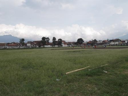 Kondisi Lapangan Sepak Bola Jayaraga, Garut, Berkondisi Nyaris Diterlantarkan Pemkab Setempat, Jum'at (20/06-2014).
