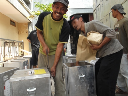 Proses Pengosongan Kotak Suara Lama di Gudang KPU Ciawitali, Garut, Sabtu (14/06-2014).