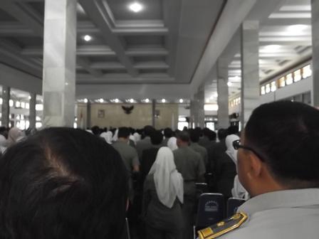 Pelantikan Ratusan Pejabat Eselon Empat, Senin (17/06-2014) di Gedung Pendopo Kabupaten Garut. (Foto: John).