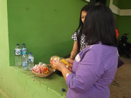 Pembeli dan Penjual Bunga dan Air Untuk Nyadran di Garut. (Foto : John DH).